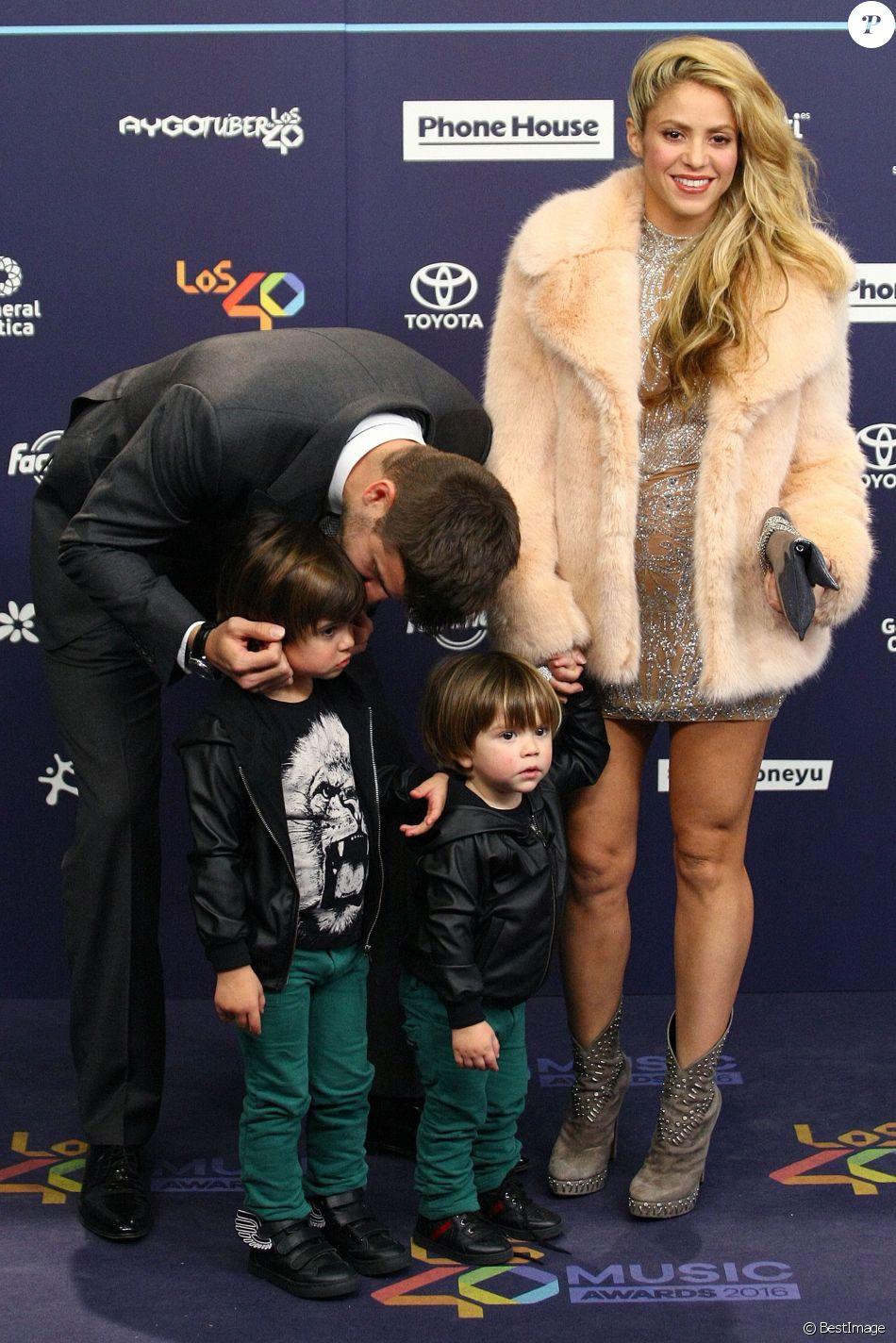 Shakira, Gérard Piqué et leurs enfants Milan et Sasha au photocall des 40es Music Awards à Barcelone, le 1er décembre 2016.