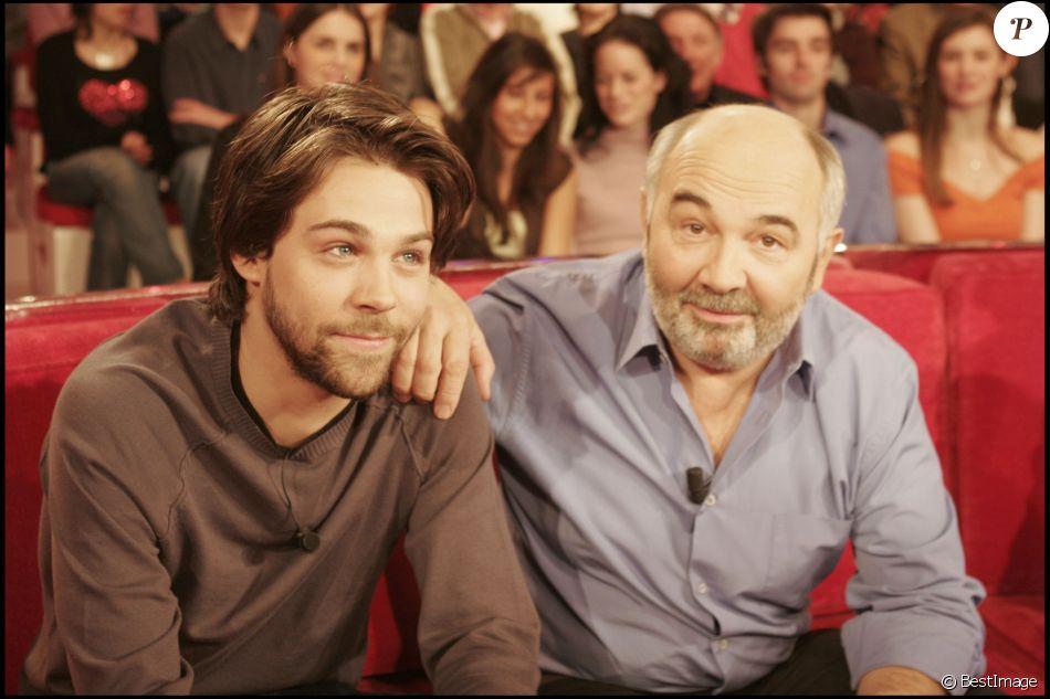 Gérard Jugnot et son fils Arthur sur le plateau de l'émission Vivement dimanche à Paris le 23 février 2005
