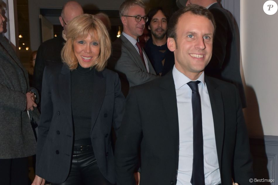 emmanuel macron et sa femme brigitte il remet les insignes de commandeur dans l 39 ordre de la. Black Bedroom Furniture Sets. Home Design Ideas