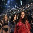 """Irina Shayk, enceinte au défilé """"Victoria's Secret 2016"""" au Grand Palais à Paris, le 30 novembre 2016."""