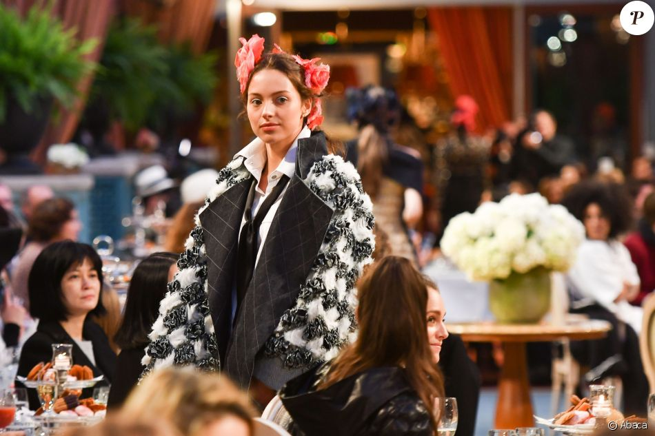 """Jénayé Noah participe au deuxième défilé Chanel """"Métiers d'Art"""" au Ritz à Paris, France, le 6 décembre 2016."""