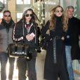 Les soeurs Gigi et Bella Hadid prennent le train à la gare du nord à Paris avec leur mère Yolanda le 1er décembre 2016.