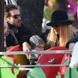 Michelle Hunziker, son mari Tomaso Trussardi et leurs filles Celeste et Sole profitent d'une belle journée dans un parc à Milan. Le 10 décembre 2016.