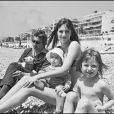 Serge Gainsbourg et Jane Birkin avec Kate (Barry) et Charlotte (Gainsbourg) en 1972 à Nice