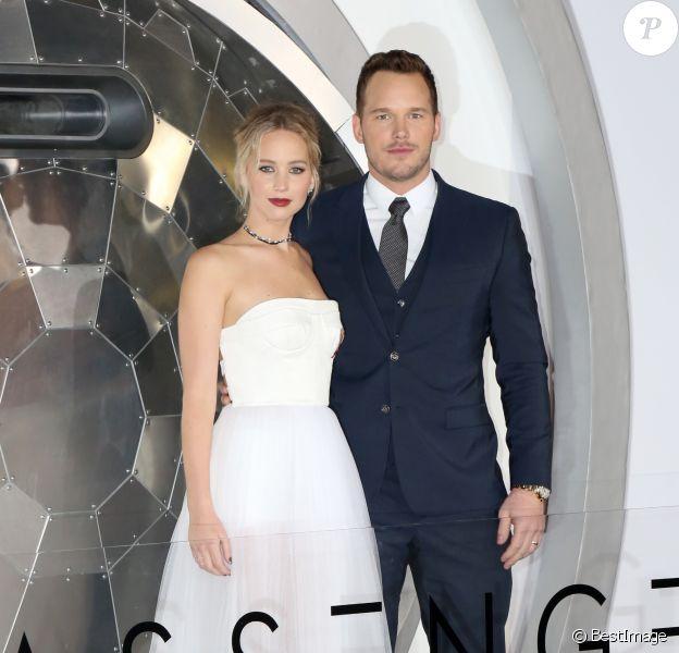Jennifer Lawrence, en robe Dior, souliers Louboutin et bijoux Beladora et Repossi, et Chris Pratt- Avant-première de Passengers au théâtre The Regency Village à Westwood, le 14 décembre 2016