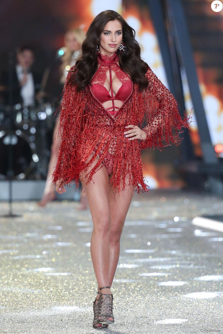 e16c02adab Irina Shayk enceinte - Défilé Victoria's Secret Paris 2016 au Grand Palais  à Paris, le 30 novembre 2016.