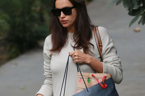 Irina Shayk, enceinte et fiancée ? Shopping de dernière minute avec Noël