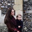 La duchesse Catherine de Cambridge portant sa fille la princesse Charlotte lors de la messe de Noël célébrée en l'église St Mark d'Englefield, dans le Berkshire, le 25 décembre 2016.