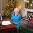 La reine Elizabeth II photographiée dans le salon Régence au palais de Buckingham lors de l'enregistrement de son message de Noël diffusé dans tout le Commonwealth le 25 décembre 2016.