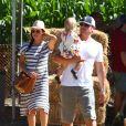 Nick et Vanessa Lachey emmènent leurs enfants Camden John Lachey et Brooklyn Elisabeth Lachey dans un parc à Los Angeles le 8 octobre 2016.