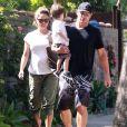 Nick Lachey et sa femme Vanessa Minnillo enceinte emmènent leur fils Camden à son cours de natation à Sherman Oaks, le 8 août 2014.