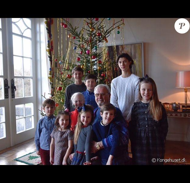 La reine Margrethe II de Danemark et le prince consort Henrik entourés de leurs huit petits-enfants au pied du sapin de Noël : debout derrière, le prince Felix, le prince Henrik et le prince Nikolai, et, au premier plan, le prince Vincent, la princesse Josephine, la princesse Athena, le prince Henrik et la princesse Isabella. Photo publiée par le compte Instagram de la cour royale danoise au matin de Noël le 25 décembre 2016.