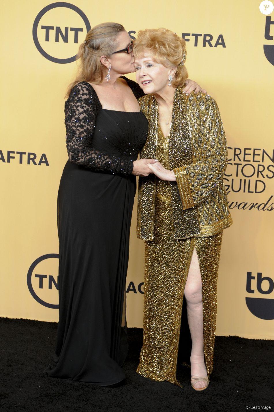 """Debbie Reynolds et Carrie Fisher - Press room lors de la 21ème cérémonie annuelle des """"Screen Actors Guild Awards"""" à l'auditorium """"The Shrine"""" à Los Angeles, le 25 janvier 2015."""