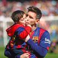 Lionel Messi et son fils Thiago Messi - Les joueurs du FC Barcelone posent avec leurs enfants avant le match contre El Rayo à Barcelone, le 8 mars 2015.