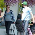 Exclusif - Première sortie de Leighton Meester, enceinte! La jolie maman est allée déjeuner avec son mari Adam Brody à Los Angeles, le 16 mai 2015