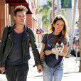 Jonathan Rhys-Meyers et sa fiancée Mara Lane main dans la main à Beverly Hills le 2 décembre 2015.