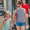 Katie Holmes et sa fille Suri Cruise se promènent avec leur petit chihuahua Honey dans les rues de New York. Le 17 août 2016