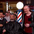 """""""Mel Gibson se faisant raser la barbe par un inconnu en plein Hollywood pour l'émission de Jimmy Kimmel, le 6 janvier 2017. Avant cela, le jeune fan prénommé William s'était prêté au jeu en se faisant raser les cheveux par l'acteur."""""""