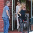 Kate Hudson , Goldie Hawn et Kurt Russell sortent du restaurant Early World à Brentwood Los Angeles, le 25 Novembre 2016