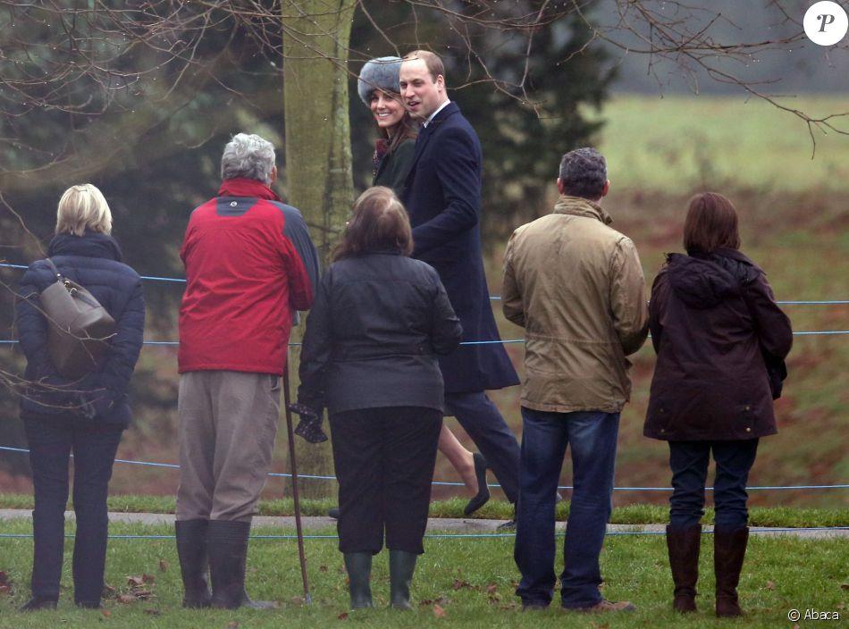 Le prince William et la duchesse Catherine de Cambridge repartent après la messe le 8 janvier 2017 à l'église de Sandringham (Norfolk), passant devant les gens venus saluer la famille royale.