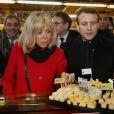 """Emmanuel Macron (candidat à l'élection présidentielle 2017 et leader du mouvement """"En Marche !"""") et sa femme Brigitte Macron (Trogneux) visitent le marché Saint-Pierre à Clermont-Ferrand, France, le 7 janvier 2017. © Patrick Bernard/Bestimage"""