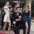 """Sophia Rose Stallone, Sistine Rose Stallone, Scarlet Rose Stallone avec Jimmy Fallon participent à l'installation du tapis rouge des 74e Golden Globes à Los Angeles, le 4 Janvier 2017. © Magnus Sundholm/HFPA/Zuma Press/Bestimage"""