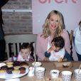 Molly Sims, enceinte participe au lancement de l'opération ''America's Messiest Baby Contest '' à la Maman Bakery Tribeca à New York, le 25 octobre 2016.