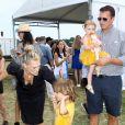 Molly Sims avec son mari Scott Stuber et ses enfants Brooks et Scarlett lors du Super Saturday au bénéfice de l'OCRFAà Las Vegas le 30 juillet 2016.