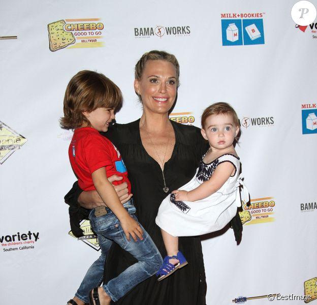 "Molly Sims avec son fils Brooks Alan Stuber et sa fille Scarlett lors de la soirée ""Milk + Bookies"" à Los Angeles le 17 Avril 2016. © AdMedia via ZUMA Wire / Bestimage"