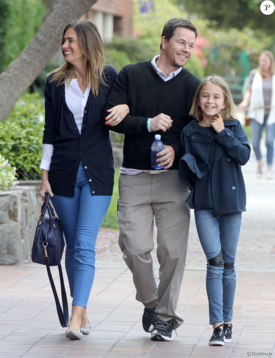 Exclusif - Mark Wahlberg, sa femme Rhea et leur fille Ella se promènent à Los Angeles, le 24 avril 2015.