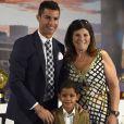 Cristiano Ronaldo son fils Cristiano Jr et sa mère Maria Dolores dos Santos Aveiro - Cristiano Ronaldo reçoit un prix pour son record de buts en Champions League au stade Santiago Bernabeu à Madrid, le 2 octobre 2015.
