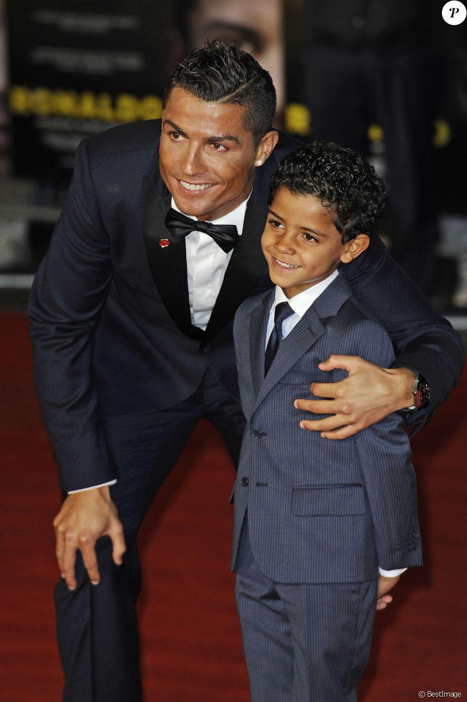 "Cristiano Ronaldo et son fils Cristiano Ronaldo Jr - Première du film ""Ronaldo"" à Londres le 9 novembre 2015."