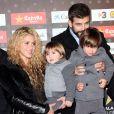 """Shakira, son compagnon Gerard Piqué et ses fils Milan et Sasha - Gerard Piqué reçoit un prix lors de la 5ème édition du """"Catalan football stars"""" à Barcelone, Espagne, le 28 novembre 2016."""