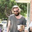 Exclusif - Dakota Johnson est allée prendre un café avec un ami à Los Angeles, le 4 octobre 2016