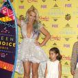 Britney Spears, Maddie Aldridge posant dans la salle de presse aux Teen Choice Awards 2015 à Los Angeles, le 16 août 2015.