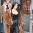 Kim Kardashian et son attaché de presse Simon Huck à la sortie d'un immeuble à New York, le 16 février 2017.