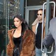 Kim Kardashian sort entourée de gardes du corps d'un immeuble à la fin de la Fashion Week à New York, le 16 février 2017.