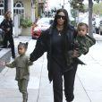 Kim Kardashian et ses enfants North et Saint déjeunent en famille au restaurant Something's Fishy à Woodland Hills, le 19 février 2017