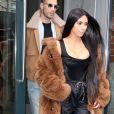 Kim Kardashian et son attaché de presse Simon Huck à la sortie d'un immeuble à New York, le 16 février 2017
