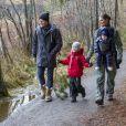 Le prince Daniel et la princesse Victoria de Suède avec leurs enfants la princesse Estelle et le prince Oscar dans le parc national Tyresta en décembre 2016. © Henrik Gärlov / Kungahuset.se