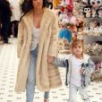 Exclusif - Kim Kardashian est allée déguster des friandises et des glaces à 'Sloan's Homemade Ice Cream' avec sa soeur Kourtney Kardashian et sa fille Penelope à Topanga. Les deux soeurs portent des manteaux en fourrure. Kim fait des selfies avec des fans dans la rue. Le 27 février 2017