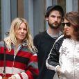Sienna Miller se promène avec son ex fiancé Tom Sturridge et des amis dans le quartier de West Village à New York, le 1er octobre 2016