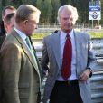 Le comte Carl Adam Lewenhaupte, dit Noppe, ami d'enfance du roi Carl XVI Gustaf de Suède (en photo : les deux compères lors d'une course automobile à Mjölby en octobre 2006), a été retrouvé noyé dans les eaux entourant l'île Djurgården à Stockholm, le 1er mars 2017. Il avait 69 ans.