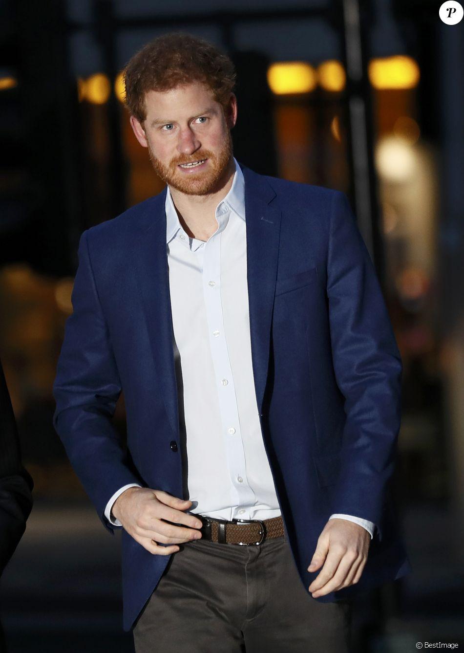 Le prince Harry a rencontré le personnel des services ambulanciers londoniens (London Ambulance Service) de Waterloo Road le 2 février 2017, au lendemain d'un dîner romantique avec sa compagne Meghan Markle au SoHo House.