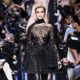 """Hailey Baldwin au défilé de mode """"Elie Saab"""", collection prêt-à-porter Automne-Hiver 2017-2018 à Paris, le 4 Mars 2017."""
