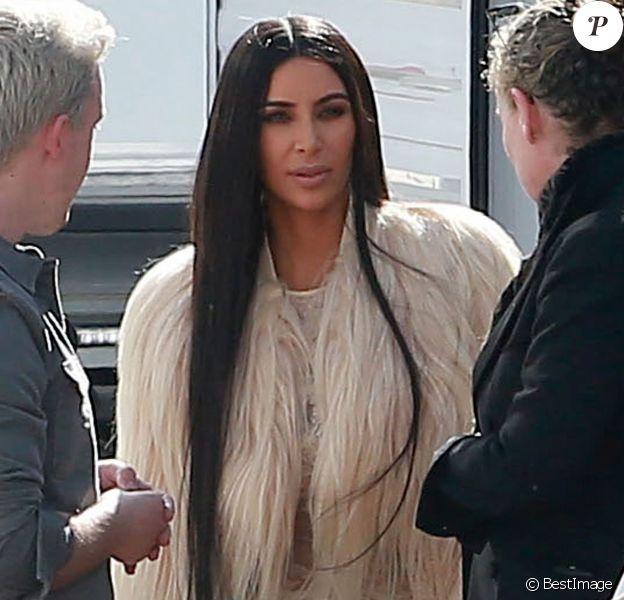 Kim Kardashian porte une robe beige en voile très transparent - Les acteurs sur le tournage de 'Ocean's Eight' à Los Angeles, le 6 mars 2017