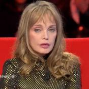 """Arielle Dombasle émue en évoquant la mort de sa mère: """"Elle vivait une tragédie"""""""