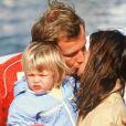 Pierre Casiraghi et la princesse Caroline de Monaco, avec leur fille Charlotte, s'embrassent lors de vacances à Guernesey en septembre 1988.