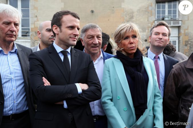 emmanuel macron et sa femme brigitte trogneux en d placement dans l 39 aisne visitent le. Black Bedroom Furniture Sets. Home Design Ideas