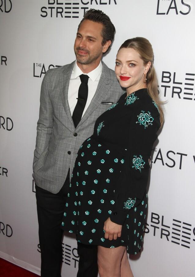 """Thomas Sadoski et sa fiancée Amanda Seyfried, enceinte, à la première de """"The Last Word"""" à Los Angeles, le 1er mars 2017. © CPA/Bestimage"""